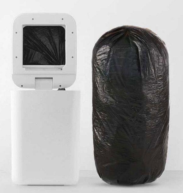 Cubo de basura Xiaomi Townew junto a una bolsa suya sellada